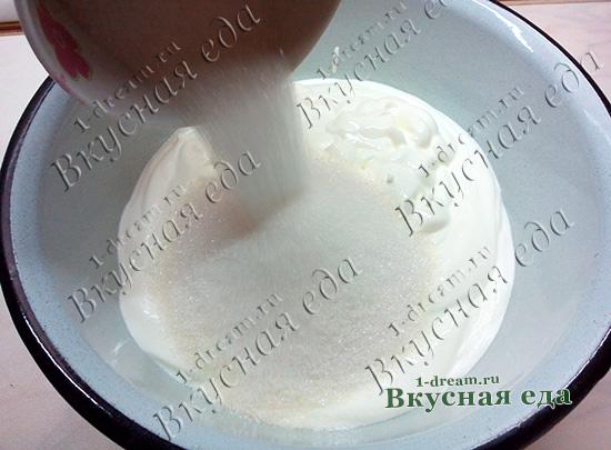 Положить сахар в сметанный крем