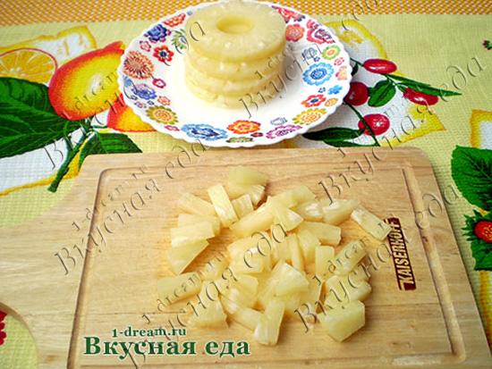 Порезать ананасы для салата с курицей и капустой