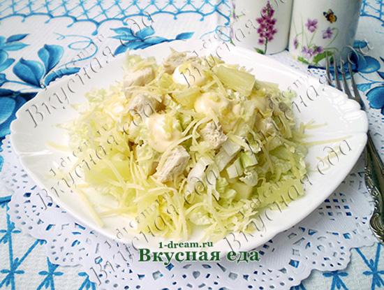 Салат с курицей ананасами и чесноком посыпать сыром