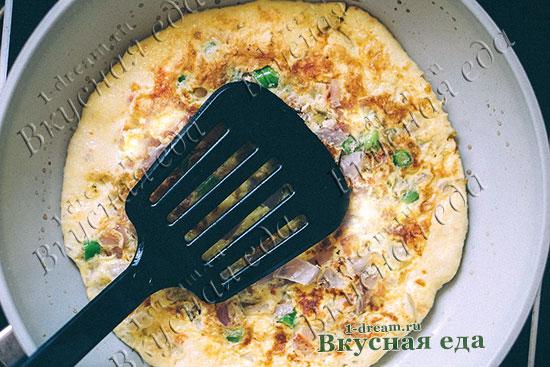 Пожарить омлет на сковороде