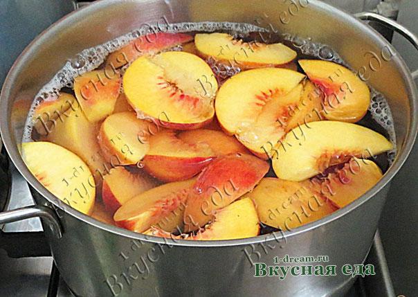 Варим компот из персиков в кастрюле