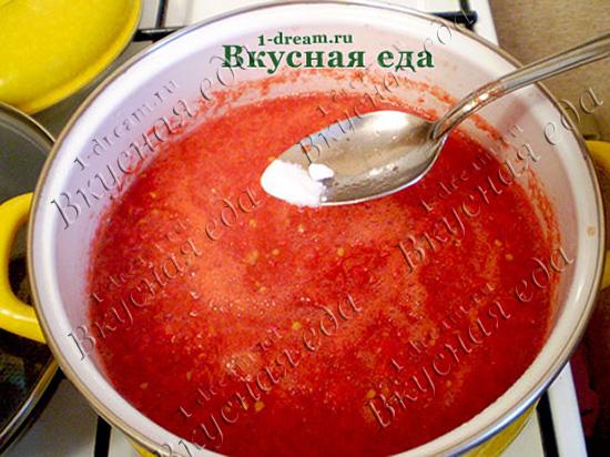 Нагреть томатное пюре
