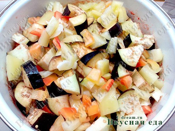 Баклажаны и перец варить в кастрюле