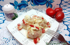 Куриные тефтели в сметанном соусе с помидорами