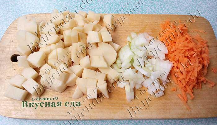 Овощи для куриног осупа с вермишелью и маслинами порезать