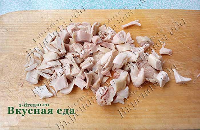 Курицу порезать на кусочки для супа