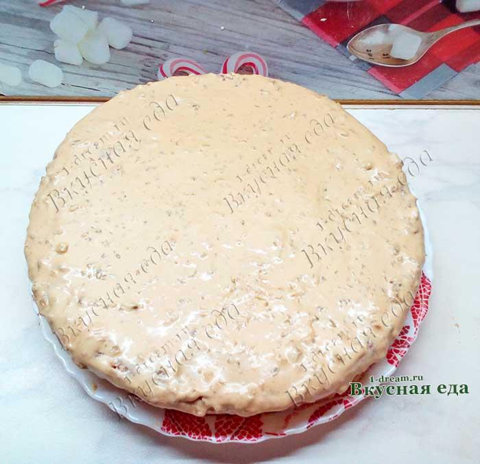 Обмазать весь торт кремом со сгущенкой