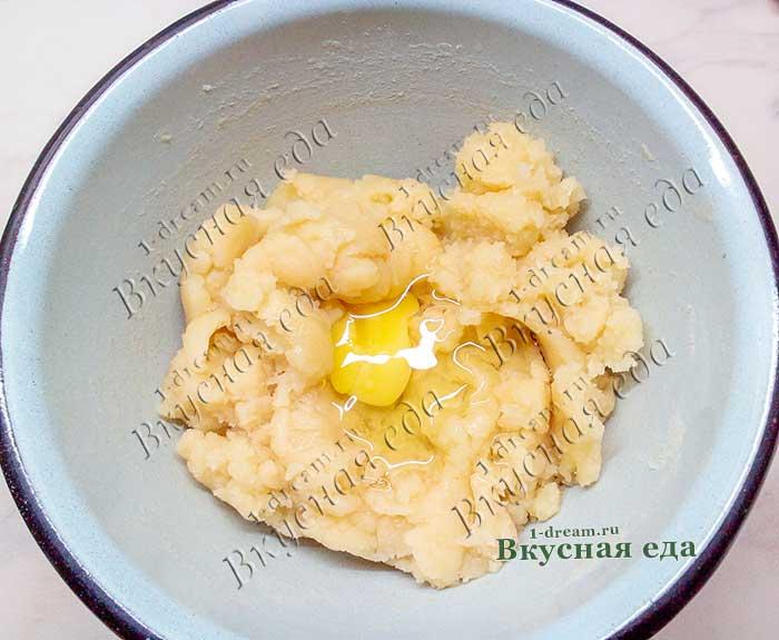 Положить яйца в заварное тесто