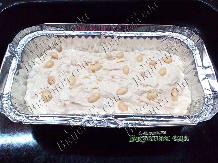 Выложить сверху светлое ореховое тесто