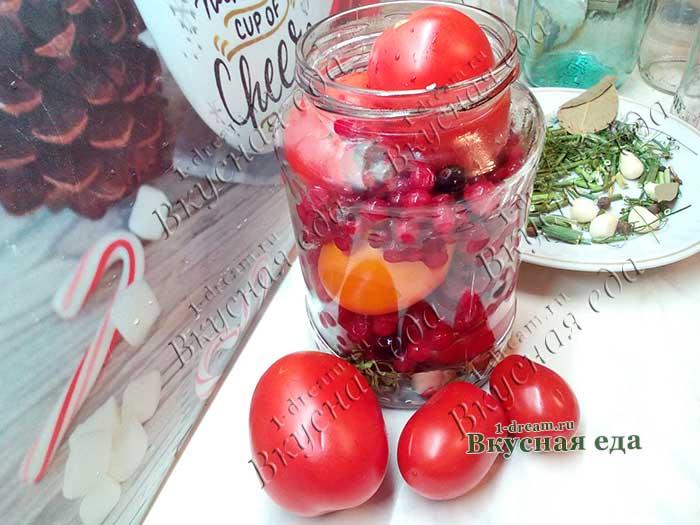 Наполнить банки помидорами и красной смородиной