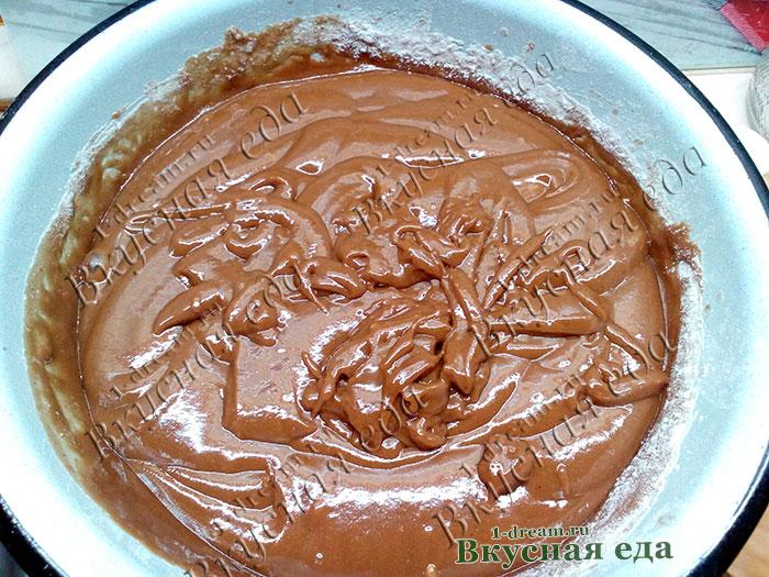 Шоколадное тесто для кекса с клубникой готово