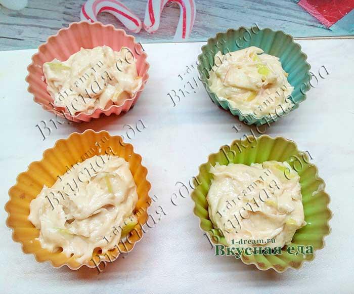 Разложить тесто в формы для кексов