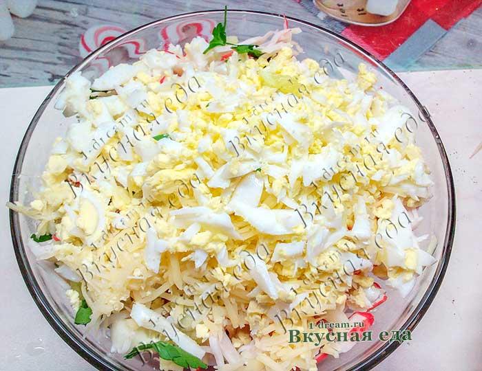 Яйца порезать в салат