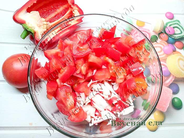 Положить помидоры в салатник