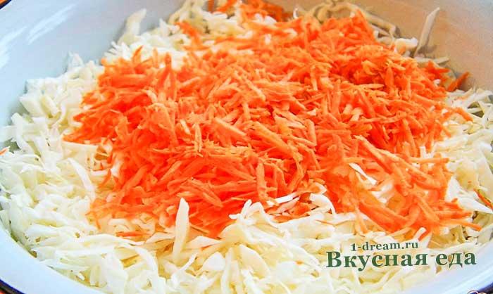 Перемешать в тазу морковь и капусту