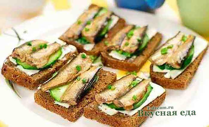 Гренки из черного хлеба со шпротами