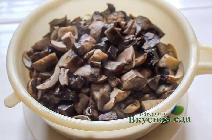 Откинуть на дуршлаг вареные грибы