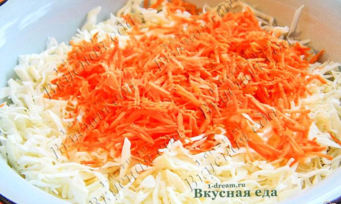 Смешать капусту и морковь