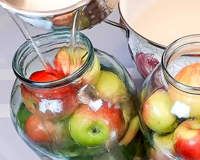 Залить банки с яблоками рассолом