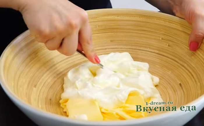 Перемешать сметану с маслом