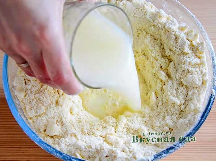 Вылить смесь в тесто