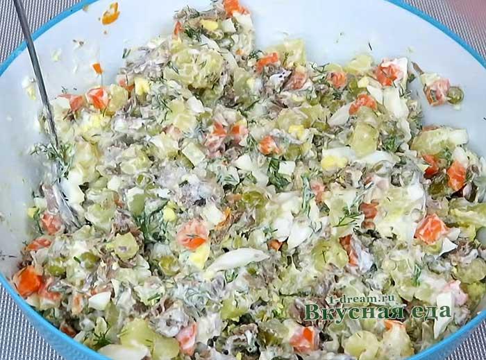 Перемешать салат Мясной
