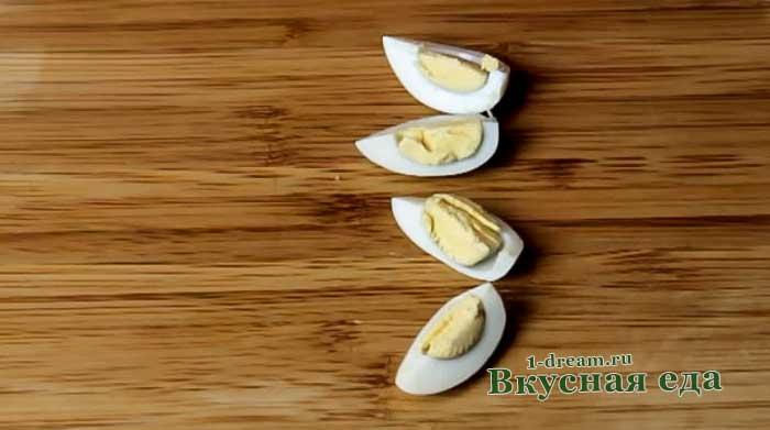 Перепелиные яйца порезать