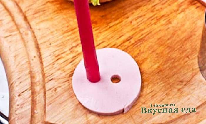 Вырезать пятачок из колбасы