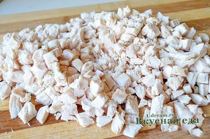 Порезать вареное куриное филе для салата