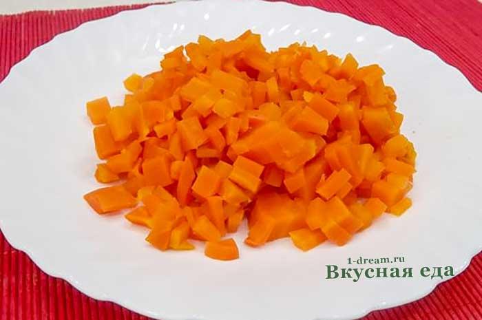 Нашинковать кубиками морковь