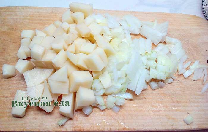 Картофель и репчатый лук положить в суп