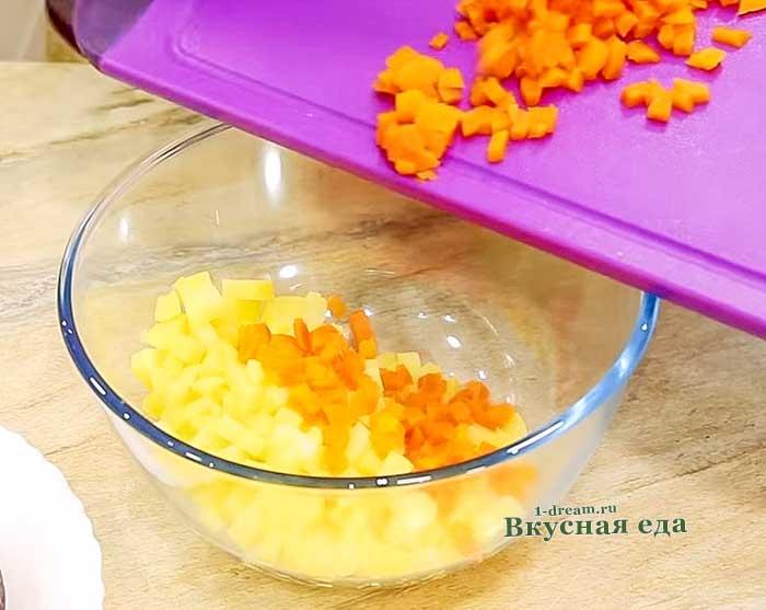 ВЫложить в чашку морковь и картофель