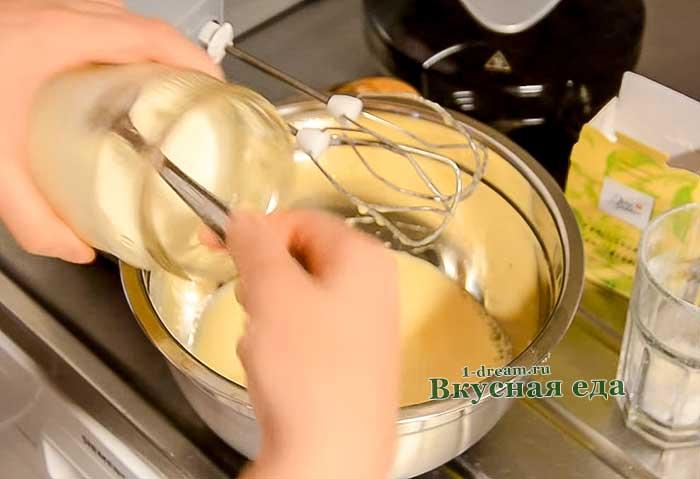 Кладем сметану в тесто для вафель