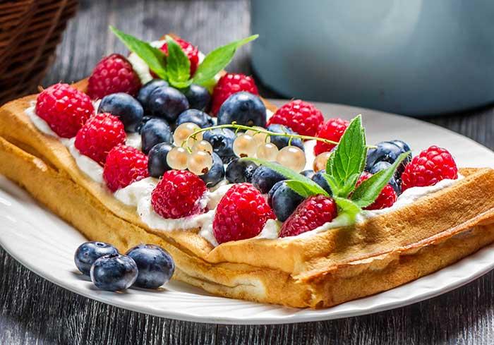 Мягкие бельгийские вафли с ягодами