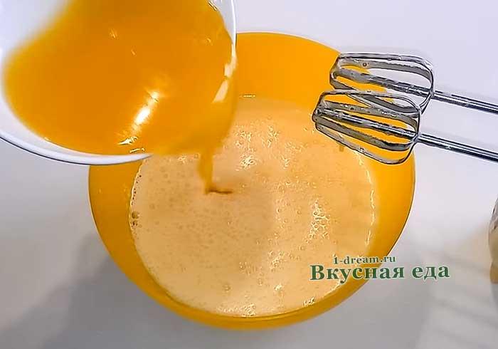 Влить сливочное масло
