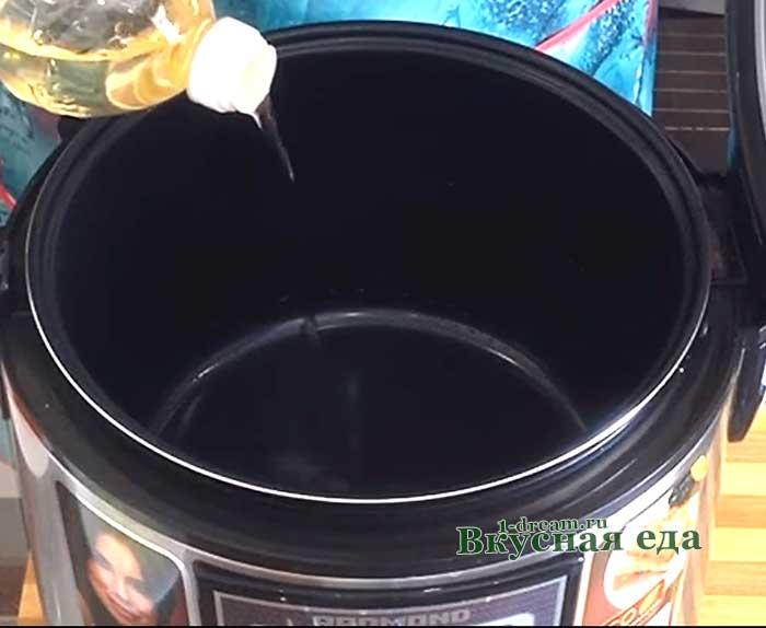 Масло налить в чашу мультиварки