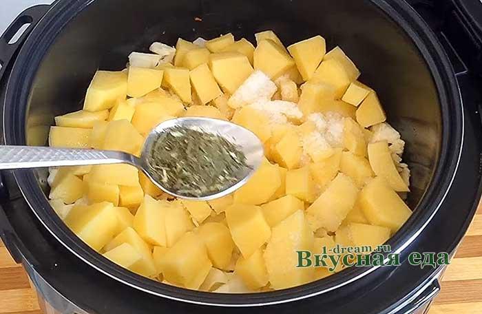Положить картошку, укроп и соль