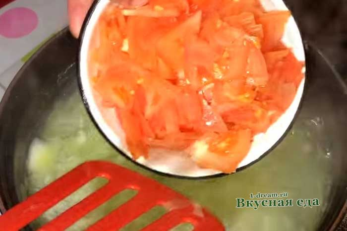 Кладем помидор в щи