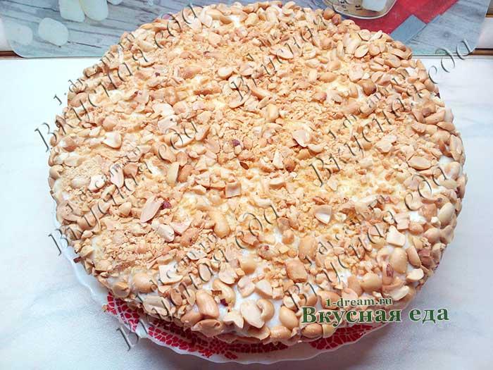 Обсыпать торт арахисом