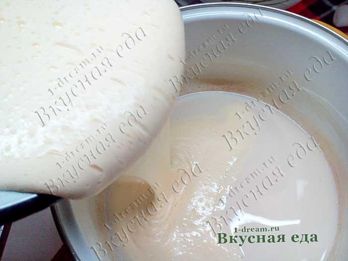 Соединить яичную массу с молочно-дрожжевой