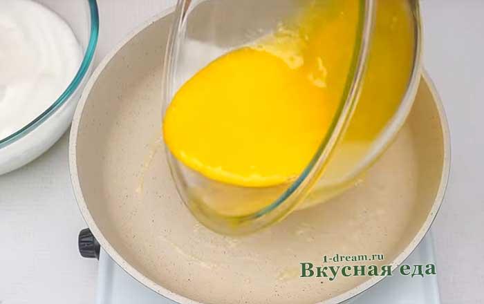 Вылить желтки на сковороду