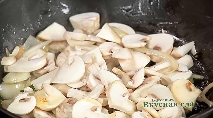 грибы на сковороде для омлета