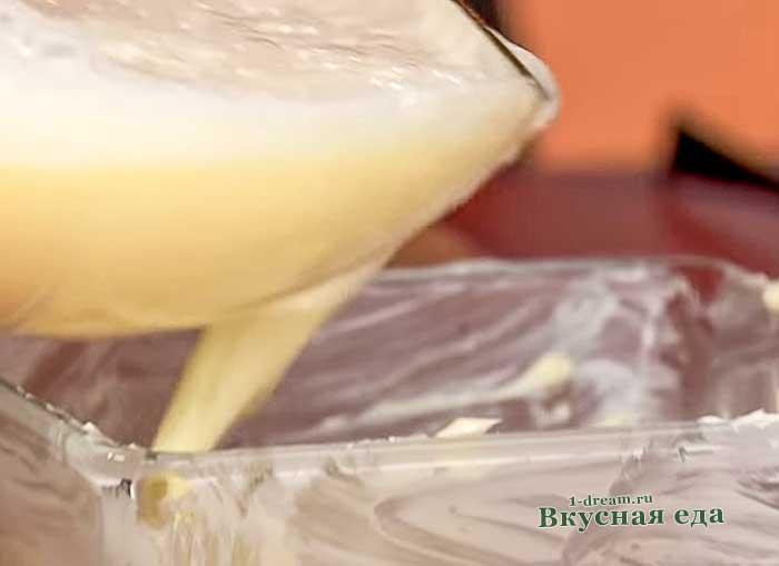 Вылить омлет в форму