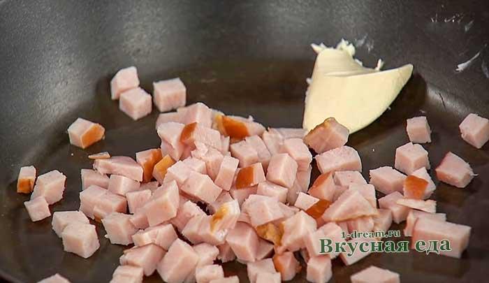 Обжарить кубики ветчины на сковороде