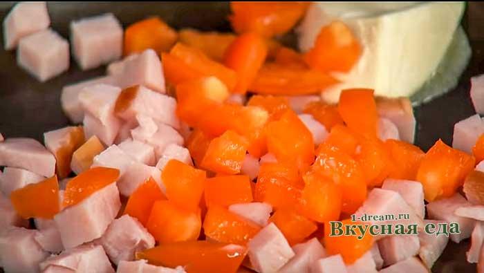 Добавить нарезанный болгарский перец