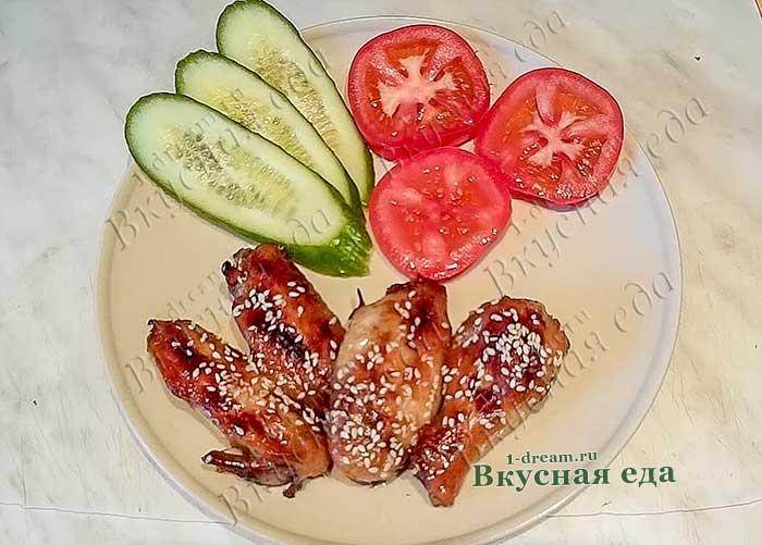 Крылышки в медово-соевом соусе с кунжутом