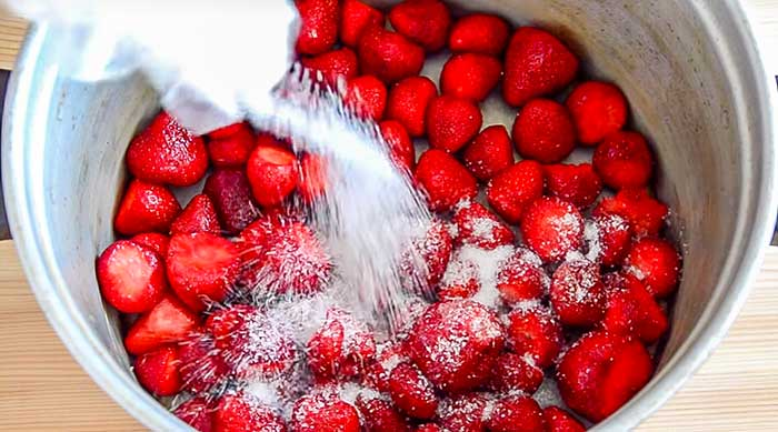 Добавить сахар в ягоду