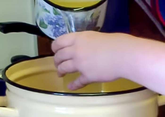 Вылить 2 стакана настоя в кастрюлю для варенья из крыжовника