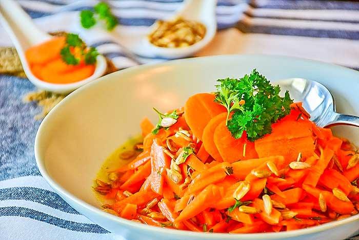 Вкусный салат из моркови, сыра, чеснока, орехов со сметаной или майонезом-рецепты с фото