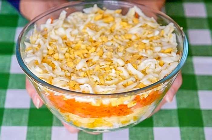 Салат из моркови скурицей, кукурузой, сыром и яйцом-рецепт с фото